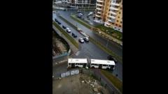 Городской автобус в Пскове попал в западню из-за ремонта дороги