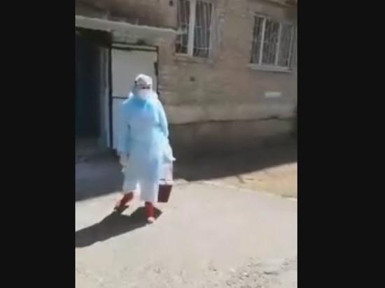 Неадекватный читинец напал на медиков в противочумных костюмах