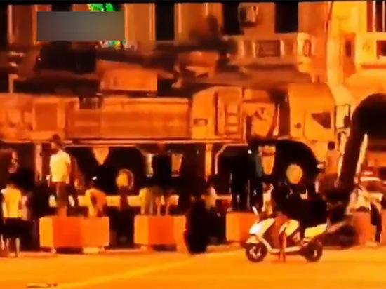По улицам Триполи провезли трофейный комплекс ПВО «Панцирь» российского производства