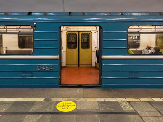 Названы станции метро с наклейками, обозначающими более свободные вагоны