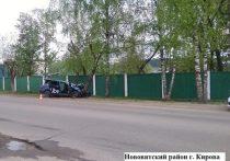 В Кирове водитель такси врезался в дерево: двое пострадавших