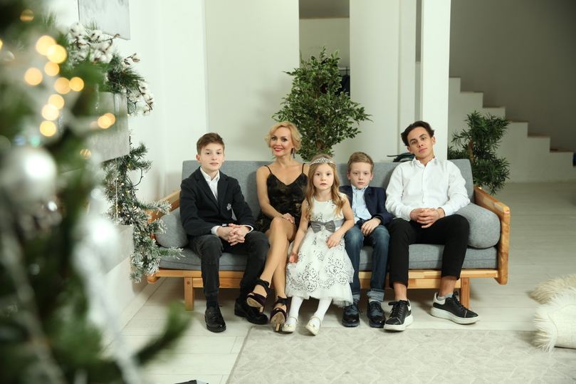 Телеведущая Ирина Сашина рассказала о трудностях самоизоляции с четырьмя детьми - МК