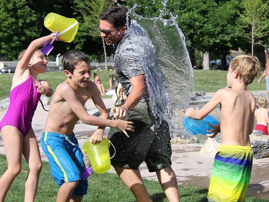 Названы ограничения для поездок детей в летние лагеря