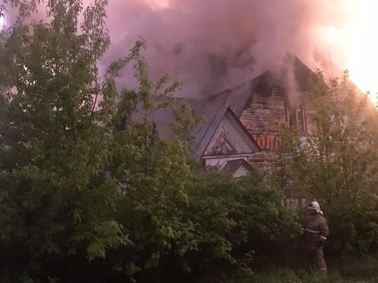 В Ивановской области 24 человека тушили пожар в большом заброшенном здании