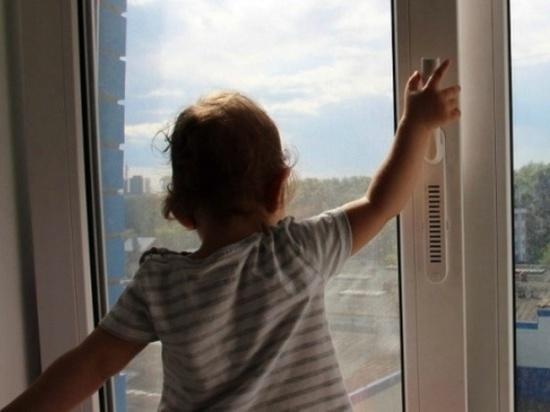 В Салехарде пожарные спасли ребенка от падения из окна