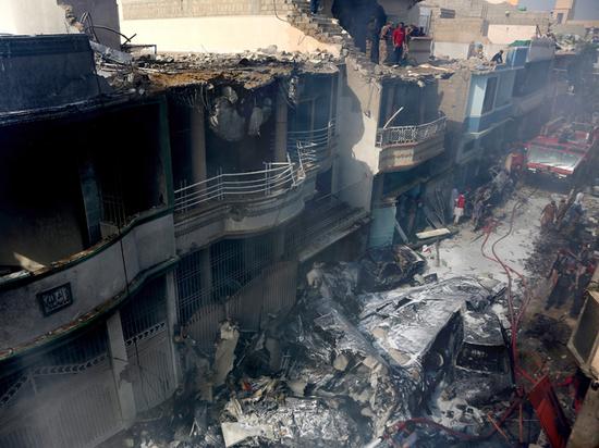 Эксперт назвал возможные причины крушения самолета в Пакистане
