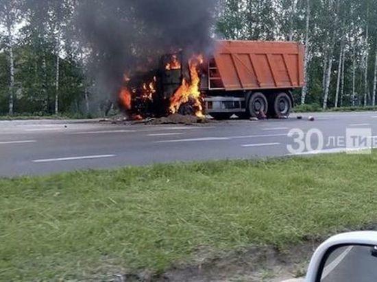 В Казани на дороге загорелся КАМАЗ