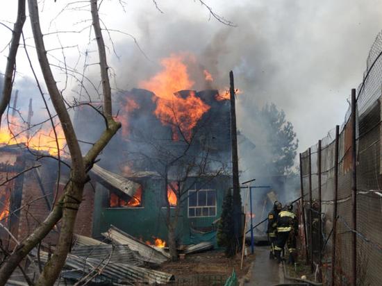 В страшном пожаре сгорел дом семьи с 11 детьми