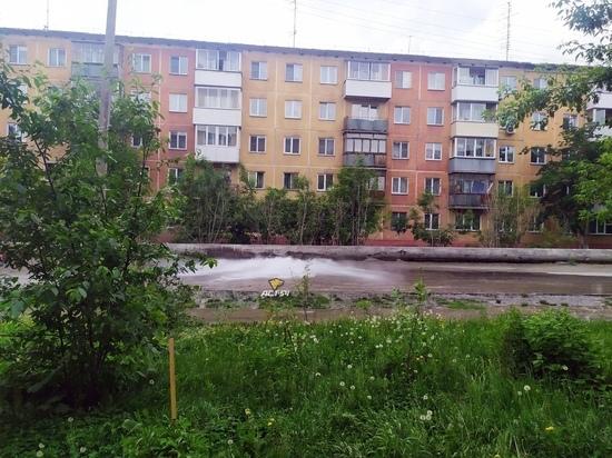 В Дзержинском районе Новосибирска забил горячий «гейзер»