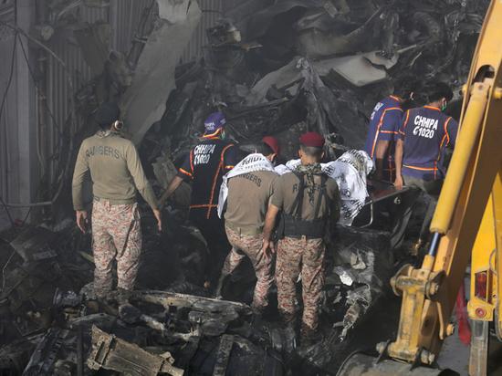 В пакистанской авиакастрофе выжил младенец,которого сравнили с магнитогорским малышом