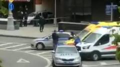 В Москве неизвестный захватил заложников в банке: кадры с места