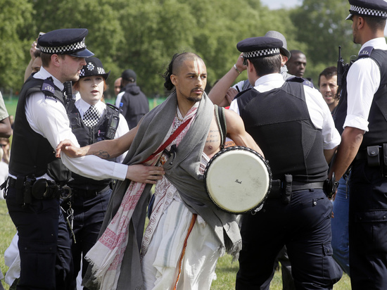 На Западе дебоширы плюют и кашляют на полицейских: расценят как терроризм