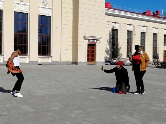 Только хорошие эмоции: в Петрозаводске у железнодорожного вокзала танцевали латину