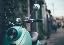 Водитель опрокинувшегося скутера в Казани получил перелом ключицы