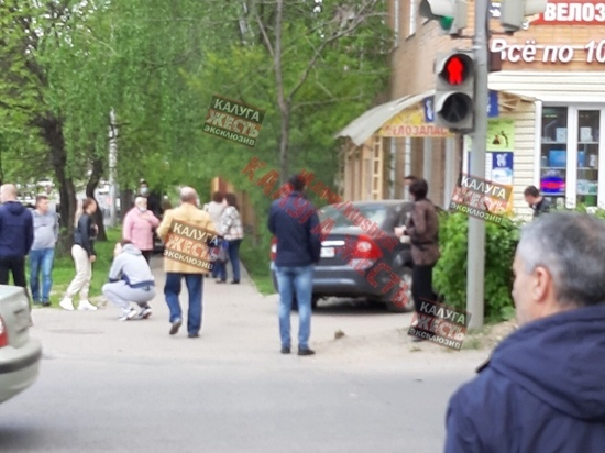 В Калуге водитель влетел в магазин и сбежал с места ДТП