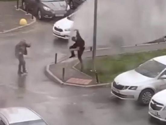 Мужчина взлетел в воздух и упал при урагане в Екатеринбурге