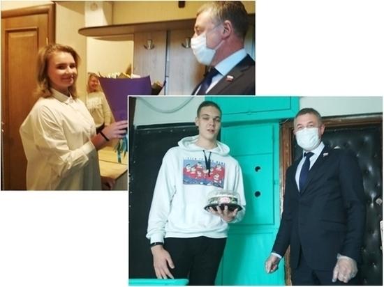 Депутат передал двум выпускникам Пскова приветы от бабушек
