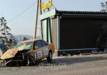 В Улан-Удэ водитель такси врезался в дорожное ограждение