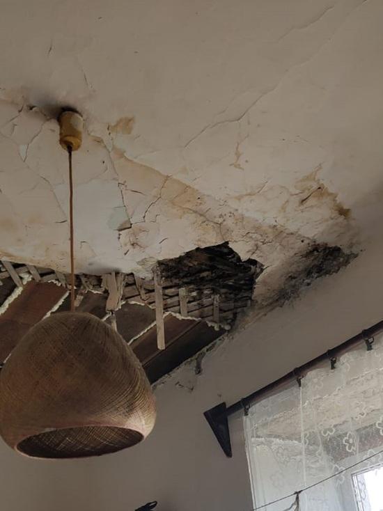 Ремонт кровли на ветхом доме в Барнауле привел к обрушению потолка
