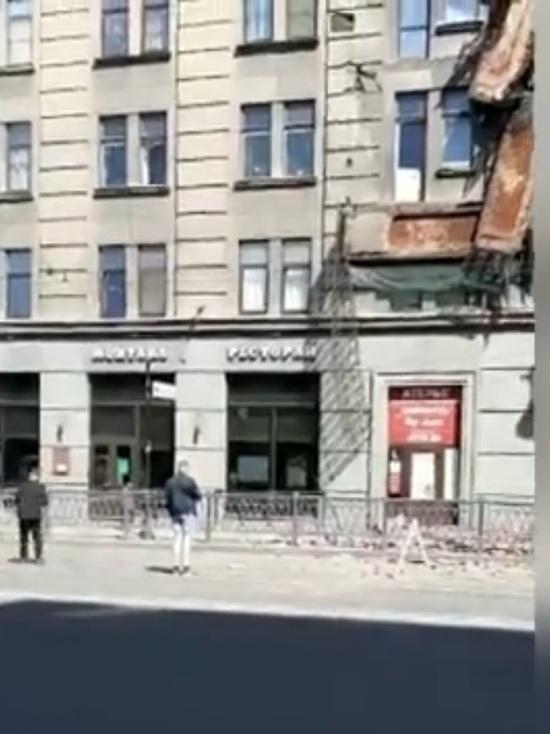 В Петербурге один за другим обрушились четыре балкона жилого дома
