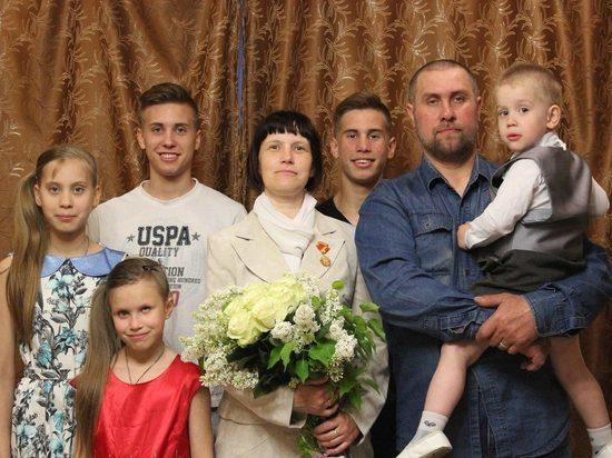 Игорь Руденя поздравил семью из Твери, получившую награду от Президента