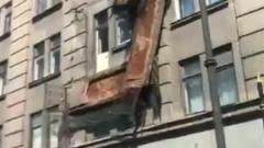 В центре Петербурга у жилого дома рухнули балконы: видео