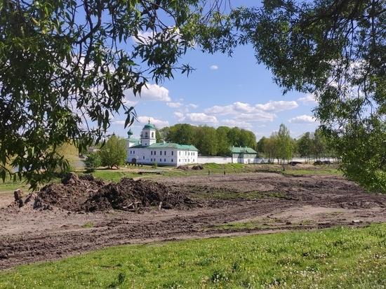 В парке около Мирожского монастыря приступают к благоустройству