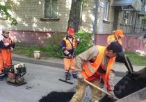 Более 100 ям отремонтировали работники во дворах Серпухова