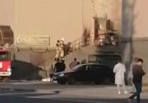 19 спасателей тушили пожар на центральной площади в Пскове