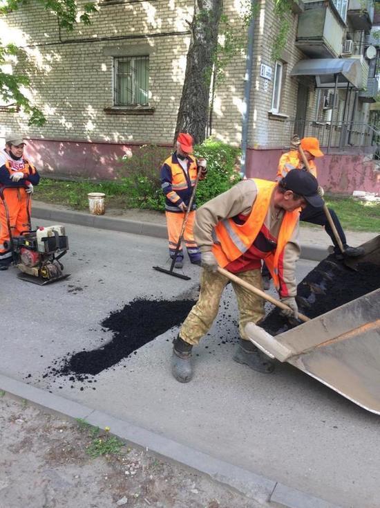 В Серпухове продолжается ямочный ремонт