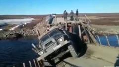 На Ямале под большегрузом рухнул деревянный мост: видео