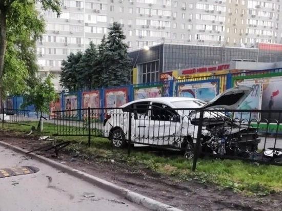 """В центре Ростова подвыпивший водитель """"Хендай"""" влетел в четыре машины"""