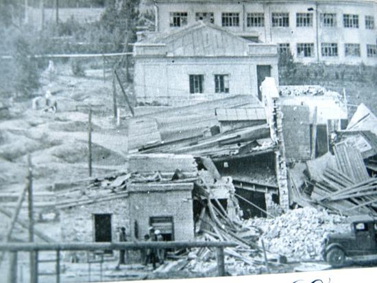 Несмотря на то, что почти 800 работников Крекинг-завода ушли защищать Родину,  всю войну предприятие бесперебойно поставляло топливо для боевых машин