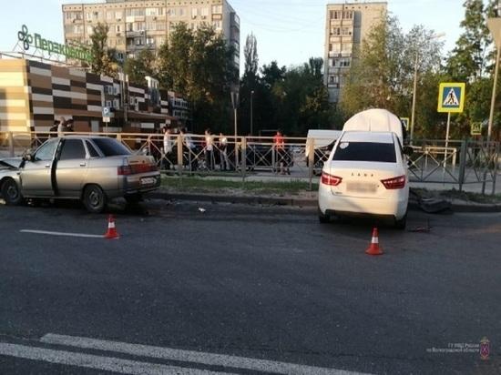 На западе Волгограда в лобовом столкновении пострадал водитель ВАЗа