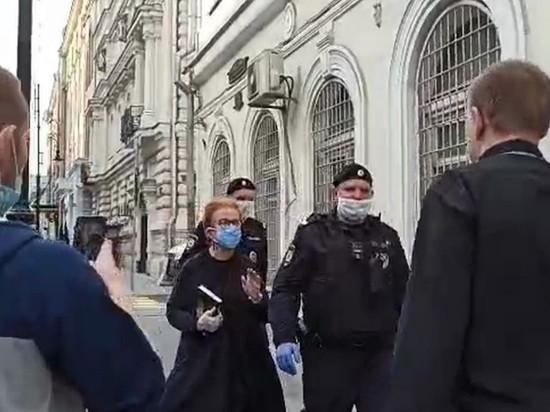 """Журналистов задержали в центре Москвы на пикетах за Азара и """"Омбудсмена полиции"""""""