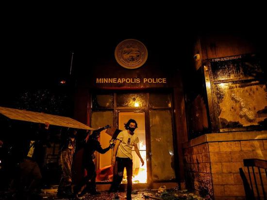 Протестующие совершили поджёг полицейского участка в Миннеаполисе