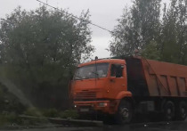 В Твери «КамАЗ» снес бетонную электроопору