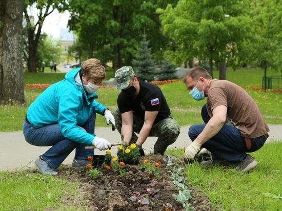 Псковские силовики и общественники посадили цветы в Детском парке