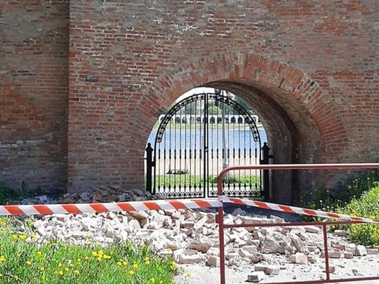 В Великом Новгороде обрушилась часть кремлевской стены