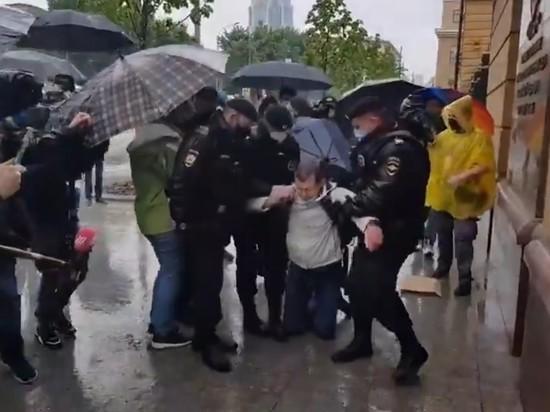 В Москве на Петровке, 38 возобновились задержания