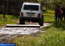 Жители невельской деревни придумали новый способ ремонта дороги
