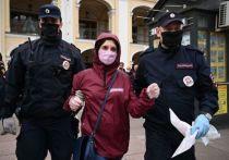 Одиночные пикеты в защиту журналиста Ильи Азара прошли в Петербурге и в Москве 28 мая 2020 года