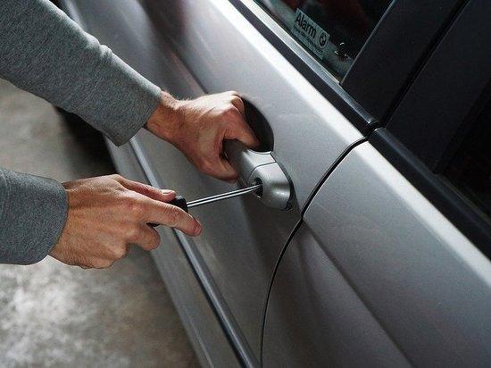 Беловчанку задержали за кражу из автомобиля