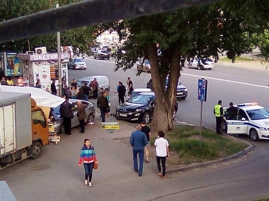 В Новосибирске столкнулись три автомобиля и ларек с фруктами