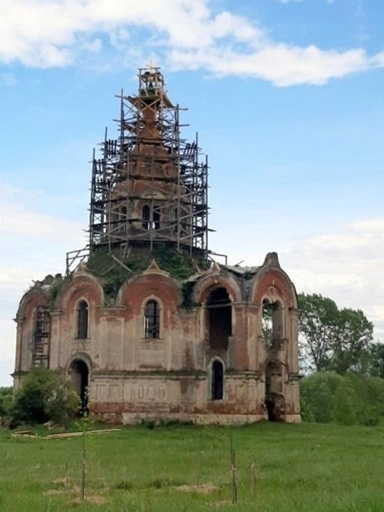 В Старицком районе на купол старинной церкви установили крест