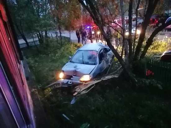 В Тарко-Сале водитель снес забор и едва не протаранил дом