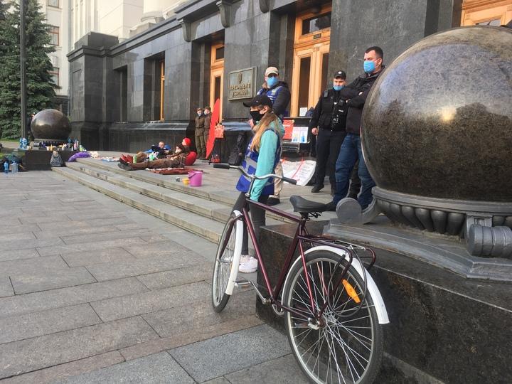 Под окнами Зеленского активисты устроили «антикоррупционную дискотеку»