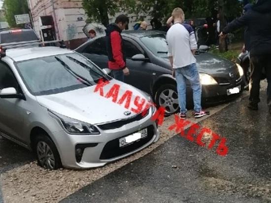 Три машины провалились в одном месте на Салтыковке в Калуге