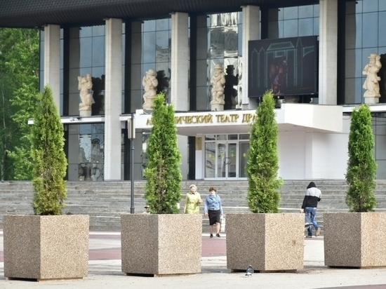 На Театральной площади в городе Владимире высадили вечнозеленую аллею