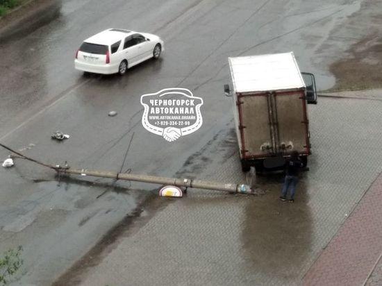 В Хакасии грузовик сбил фонарный столб, двигаясь по тротуару задом